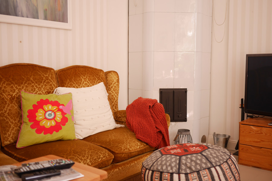 tuulinenpaiva.fi-living-room-couch-and-fireplace