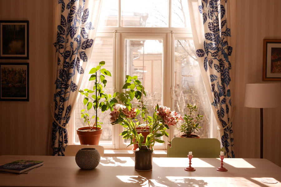tuulinenpaiva.fi-living-room-curtains-in-the-spring