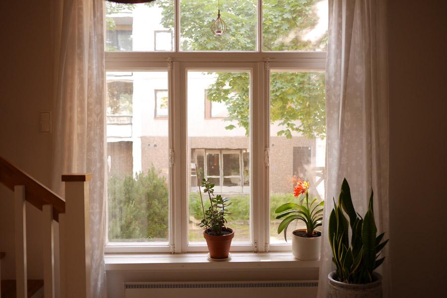 tuulinenpaiva.fi-white-curtains-in-the-kitchen