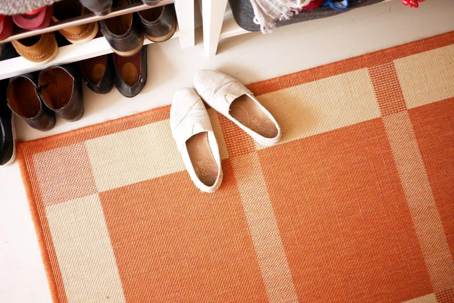 tuulinenpaiva.fi-eteinen-uusiksi-matto-ja-kengat