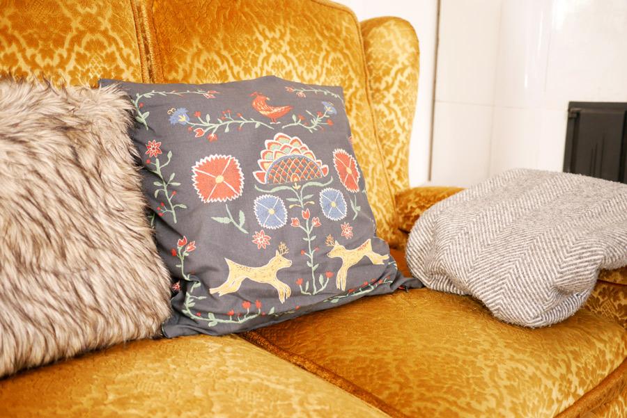 tuulinenpaiva-fi-uusia-hankintoja-tyyny-ikeasta-sohvalla