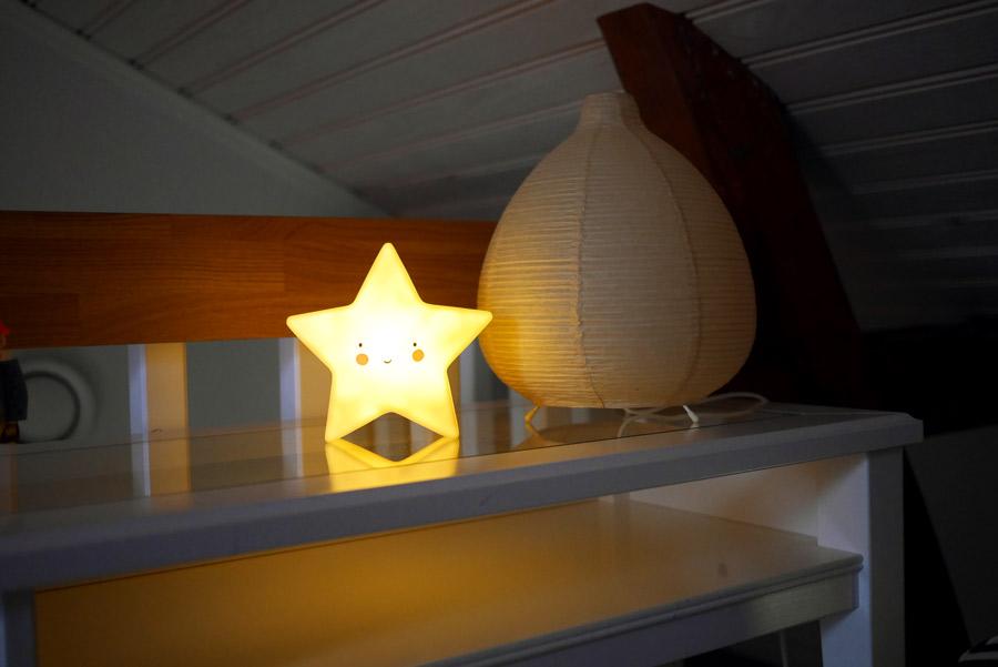 tuulinenpaiva-fi-hankintoja-lastenhuoneeseen-tahtilamppu-a-little-lovely-commpany