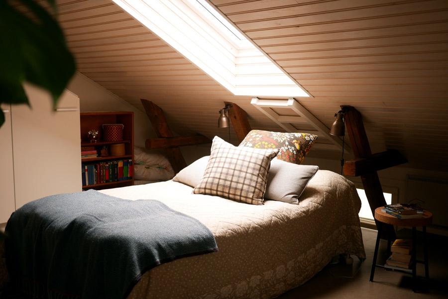 tuulinenpaiva-fi-makuuhuone-kattoikkunan-alla