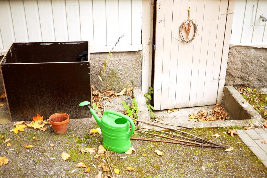 tuulinenpaiva-fi-syyspuutarha-tomaattilaatikko-ja-varaston-ovi