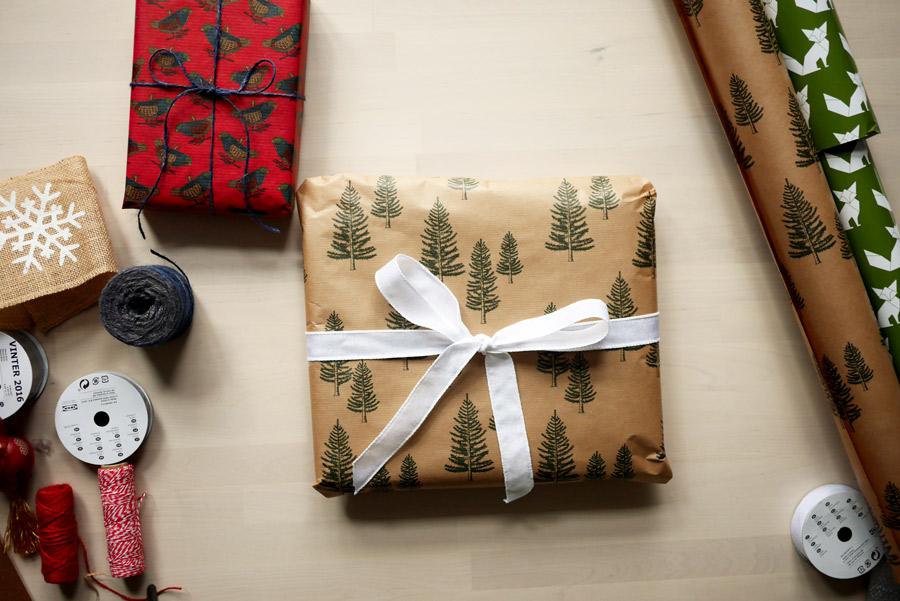 tuulinenpaiva-fi-joululahjojen-paketointia-kuusipaperi