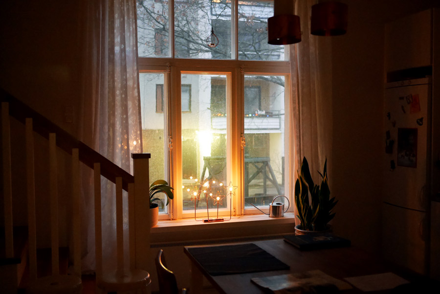 tuulinenpaiva-fi-tahtikynttelikko-keittion-ikkunalla