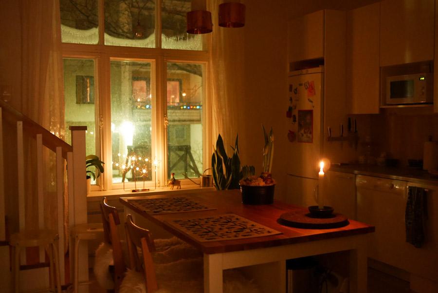 tuulinenpaiva-fi-joulukoristeet-keittio-illalla