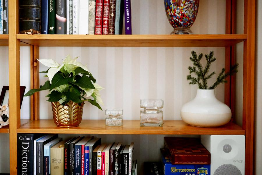 tuulinenpaiva-fi-joulukoristeet-kukat-kirjahyllyssa