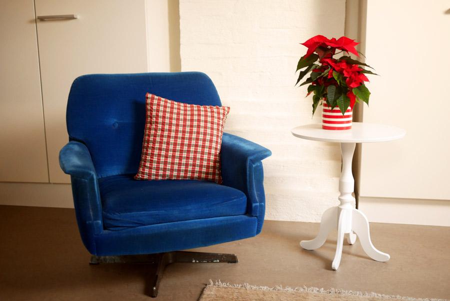 tuulinenpaiva-fi-joulukoristeet-nojatuoli-ja-kukka