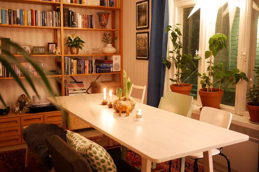 tuulinenpaiva-fi-joulukoristeet-olohuoneen-joulutunnelma-illalla
