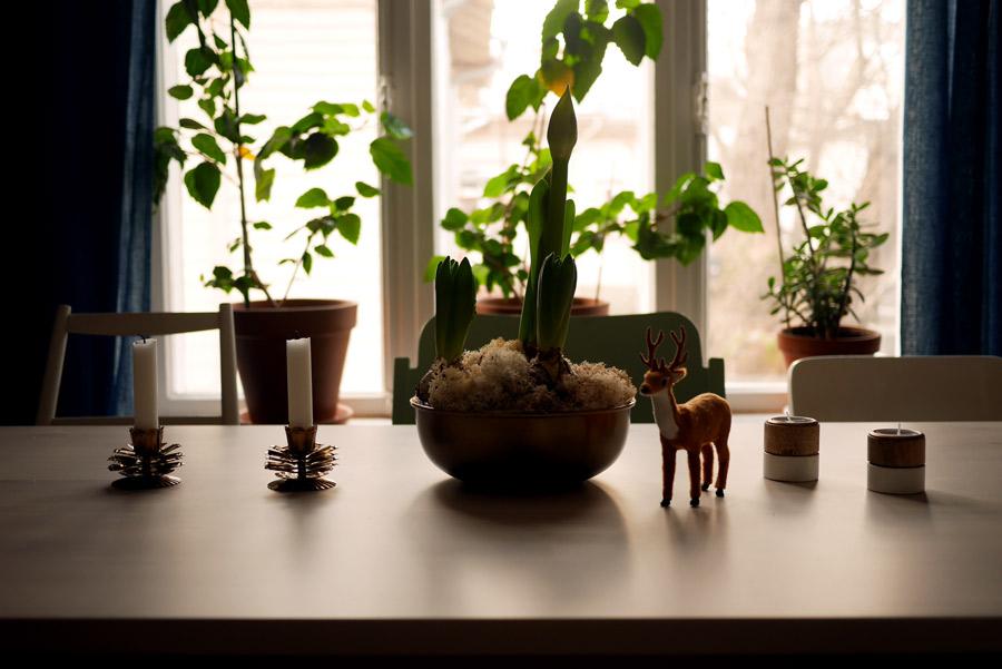 tuulinenpaiva-fi-joulukoristeet-olohuoneen-poydalla